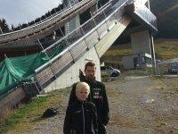 Janne Ahonnen mit seinem Sohn Mico beim Training in der Erdinger Arena
