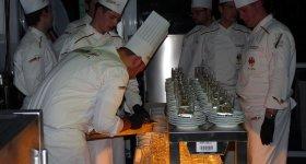 Die Köche bereiten das Essen vor