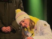 Katharina Althaus trägt sich ins Goldene Buch ein