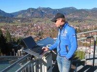 ARD-Experte Dieter Thoma bei der Analyse der Sprünge