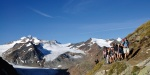 Fernwanderwege - Gruppe auf Fußweg mit grandiosem Bergpanorama