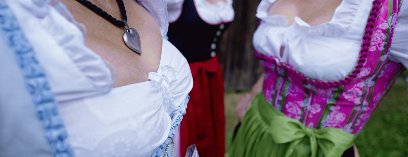 Die Oberstaufener tragen ihre Tracht mit Stolz: Dirndl und Lederhosen sind fester Teil der Allguer Tradition.