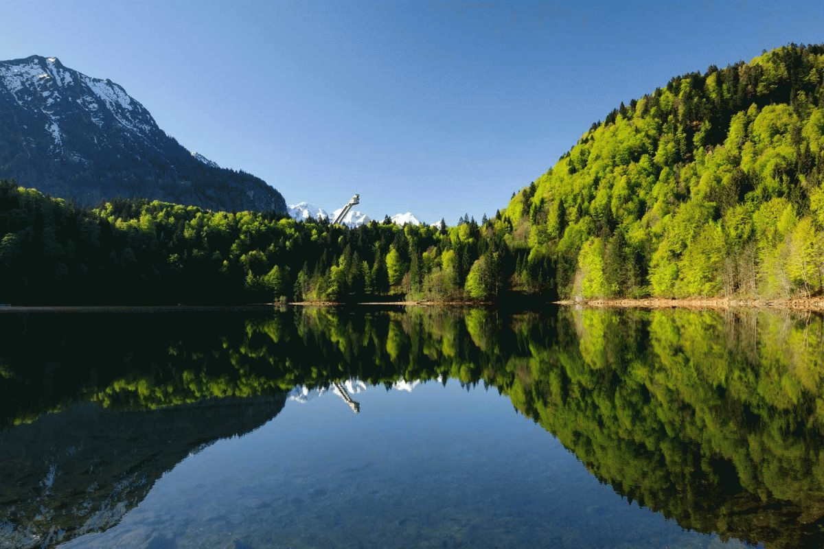 Freibergsee mit Skiflugschanze im Sommer