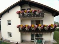 Unser Haus mit Blumen