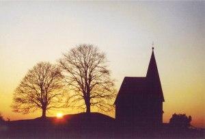 Die Kapelle in Hagspiel liegt auf dem Kapellenwanderweg - mit ein bischen Glück sehen Wanderer die Sonne hinter ihr untergehen.