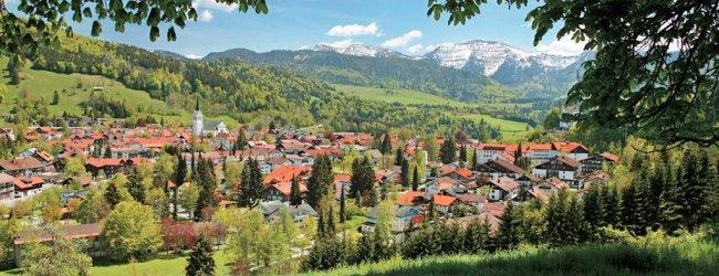Dieser Aussichtspunkt bietet einen reizvollen Blick auf die noch schneebedeckten Berge.