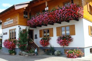 Haus Antonius*** mit Blumenpracht