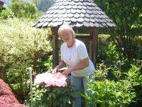 Gastgeberin im Garten