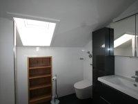 Bad mit Dusche und WC mit Popodusche