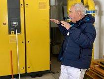 Georg Eisath erklärt die Eneergiesparmaßnahmen bei der Produktion des technischen Schnees