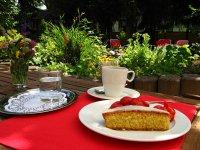 Kaffeegenuss im idyllischen Garten