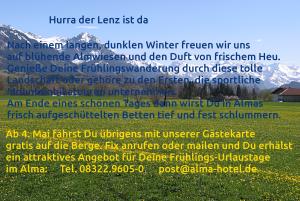 Blühende Löwenzahnwiesen und schneebedeckte Berggipfel.