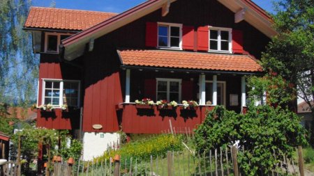 Wohnhaus mit Ferienwohnung im Dachgeschoss