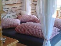 Himmelbett in lichtdurchflutetem Schlafzimmer