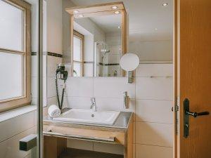 Bad im Doppelzimmer Alpenrose