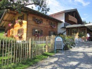Alpe Dornach Eingang Holzhaus