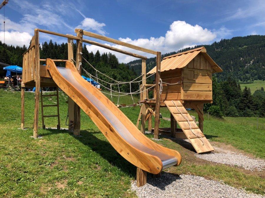 Rutsche, Wackelbrücke, Spielhaus, Klettergeräte und Sandkasten