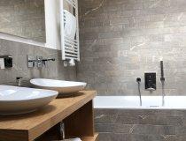 Badezimmer mit Whirlpoolbadewanne & Dusche