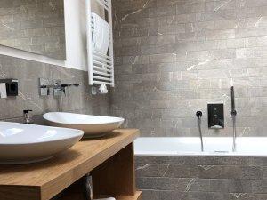 Badezimmer mit Whirlpoolbadewanne und Dusche