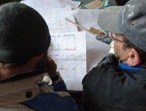 Baudirigenten brüten über den Plänen