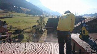 Dachplatten sauber machen vor dem Abdecken