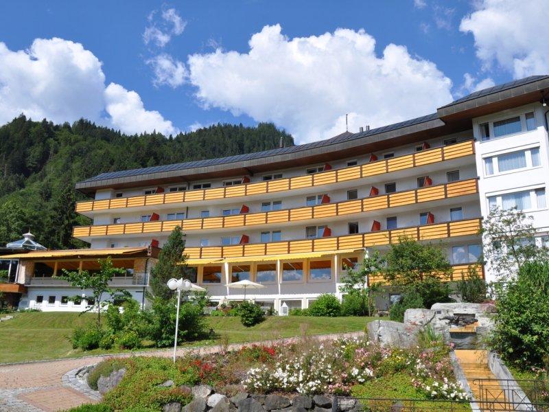 Aussenansicht Alpenhotel im Sommer