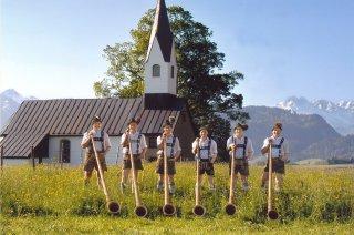 Alphornblaeser vor Kirche