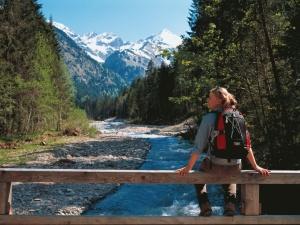 Wanderin auf einer Brücke