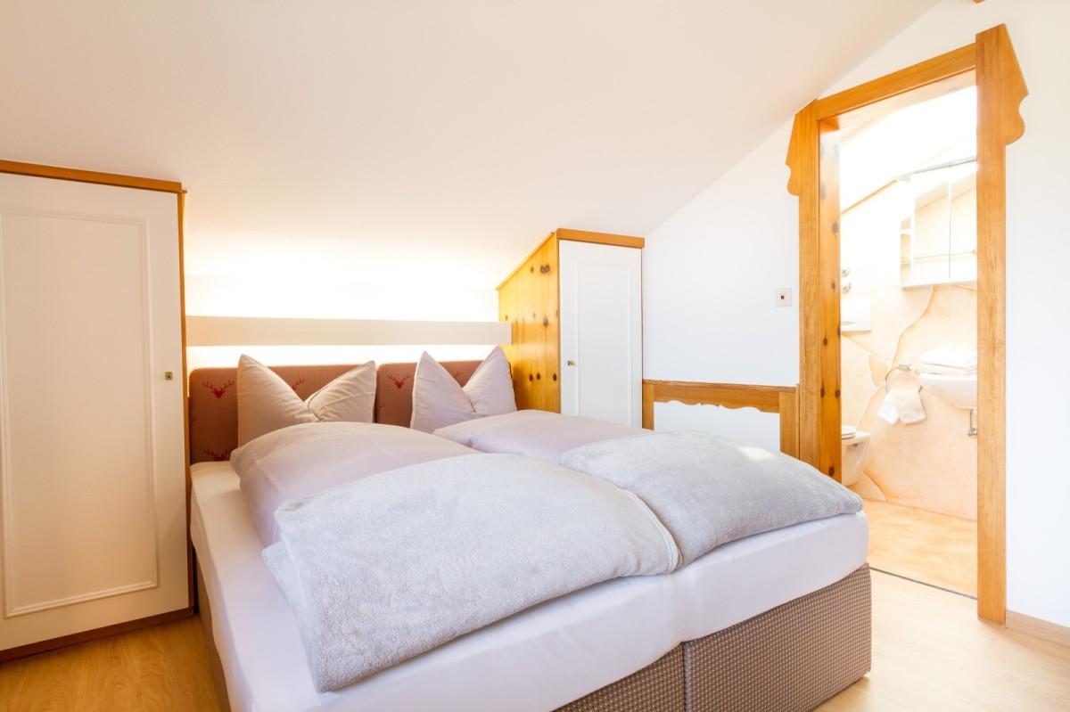 Schlafzimmer mit badewanne rabe socke bettw sche kaschmir bettdecken test schlafzimmer lampe - Luftfeuchtigkeit im schlafzimmer senken ...
