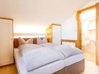 Zirbel - Schlafzimmer mit Bad