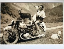 Opa mit Ziegen auf Motorrad