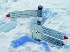 Wegweiser im Schnee, Schneeschuh, Skitour