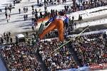 Skispringer mit Blick auf Zuschauer