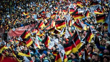 Begeisterte Zuschauer beim Auftakt der Vierschanzentournee in Oberstdorf