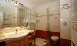 Großzügig gestaltete, moderne Badezimmer