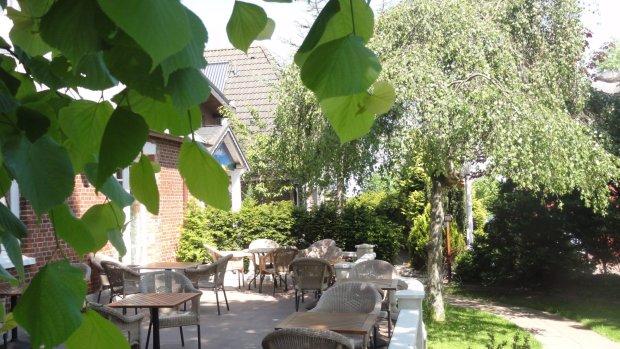 Frühstück im Garten: Urlaub auf Föhr