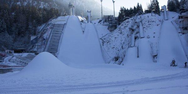 Die Schneeberge im Skisprungstadion