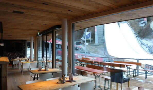 Wunderschöner Ausblick vom Gastraum und der Terrasse auf die Schanzenanlage