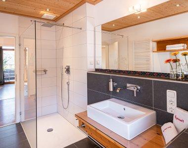 Modernes Badezimmer mit Tageslicht