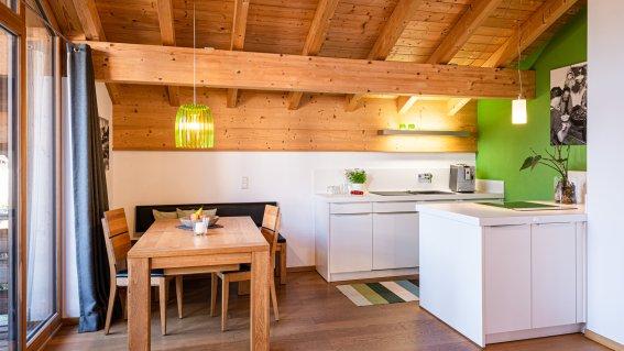 Offene Küche mit großem Esstisch