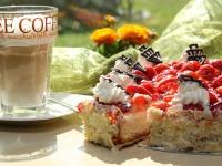 Latte Macchiato und Kuchen