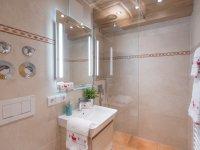modernes Bad mit Dusche mit Raindance Duschkopf