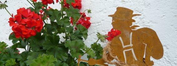 Dekoration am Haus - Bergsteiger u. Blumen