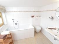 Bad Nr. 1: mit Badewanne, WC und Fenster