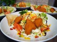 Frische Salate mit Hähnchen