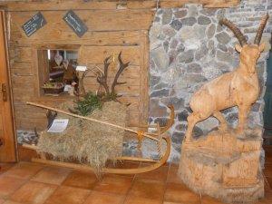 Imposanter Steinbock aus Holz