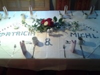 Festlich gedeckter Tisch für eine Hochzeitsfeier