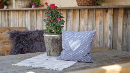 Mit Liebe dekorierte Tische