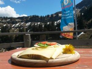 Brotzeit auf der Alpe Gund