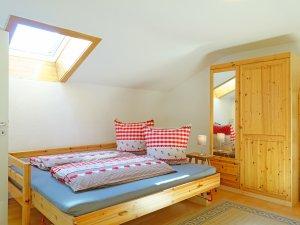 Das Doppelbett im zweiten Schlafzimmer